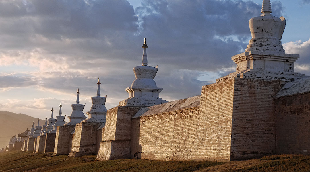 Erdene zuu klooster muur met stupas Kharkhorin Mongolië