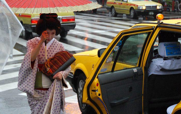 Geisha in Tokyo die in een taxi stapt