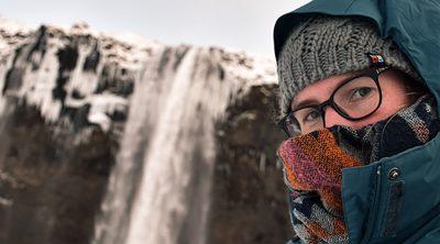 Solo travel, een reis door IJsland alleen. In de sneeuw bij de Seljalandsfoss.