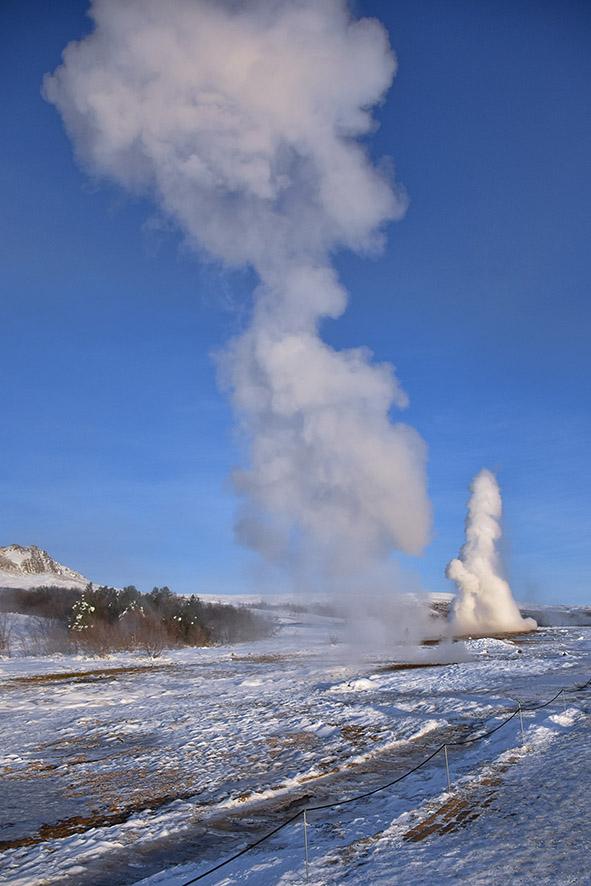 Strokkur Geysir dubbele eruptie van de geiser vlak achter elkaar IJsland
