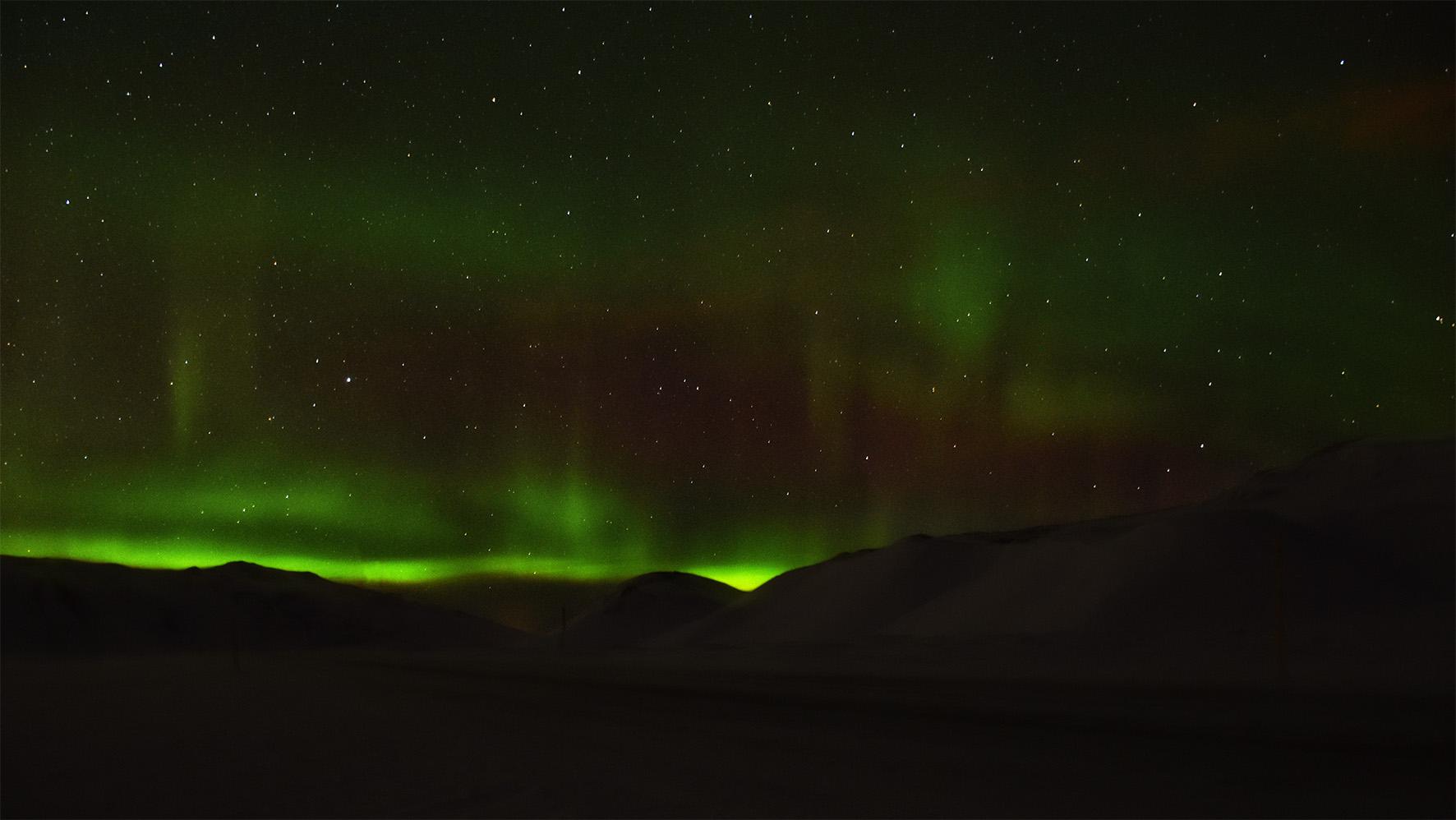Noorderlicht in IJsland op een donkere plek buiten Reykjavik