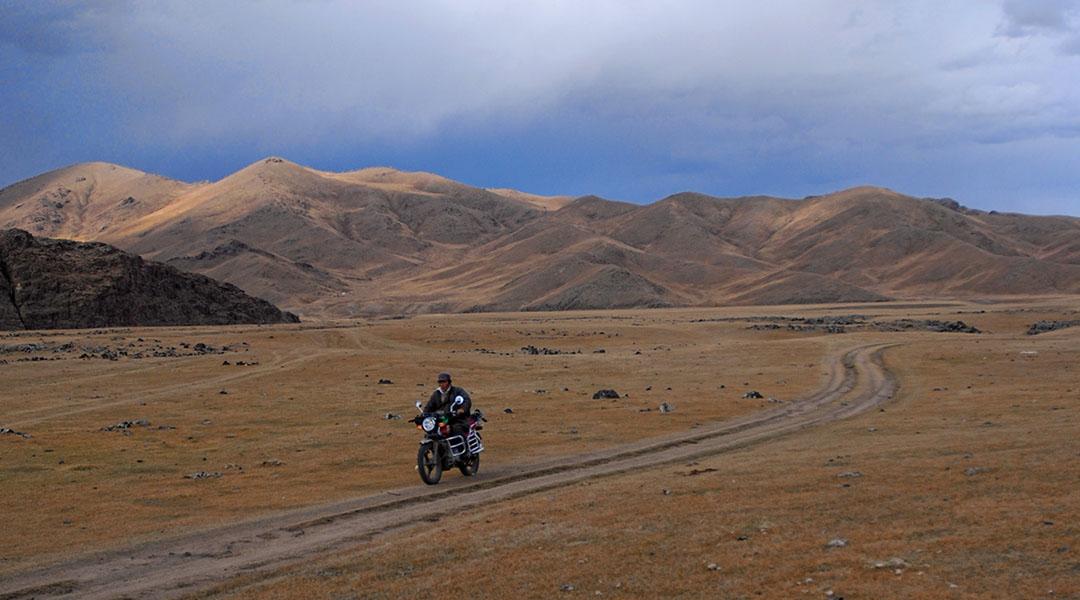 Man op een motor in het plattelandsleven in Mongolië Orkhon Valley NP
