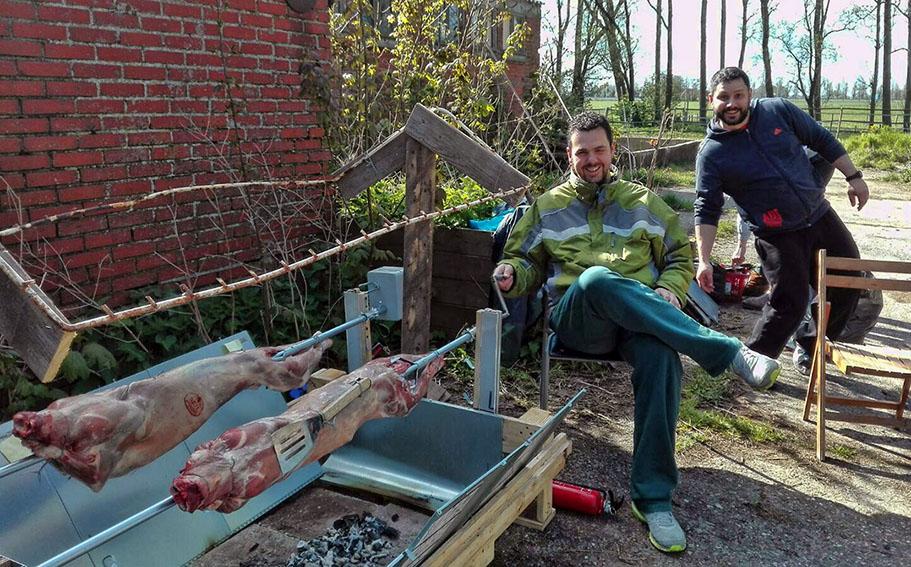 Grieks Pasen in Nederland: lam aan het spit