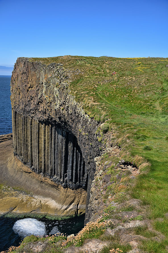 Staffa in de zon uiticht op Fingal's Cave