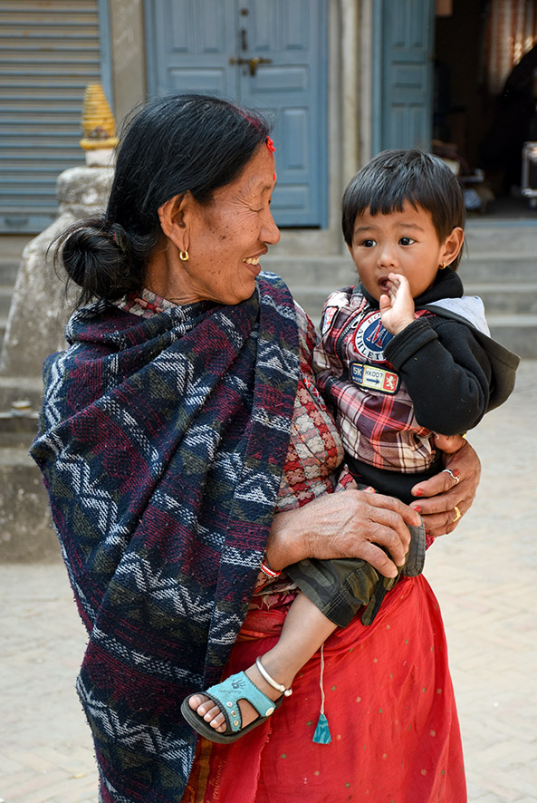 Nepalese vrouw met een kind op de arm in Patan Nepal