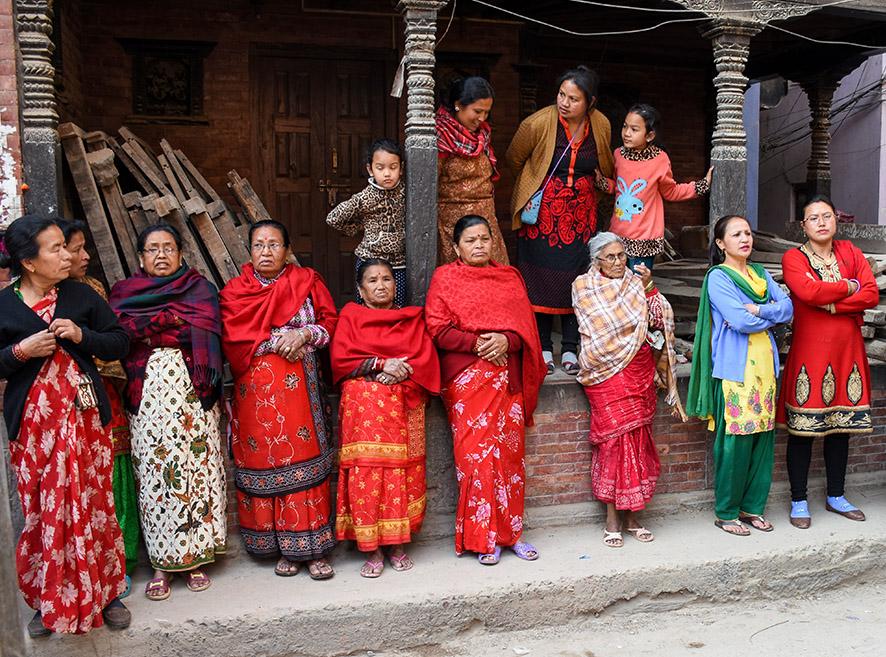 Nepalese vrouwen kijken naar een ceremonie in Patan Nepal
