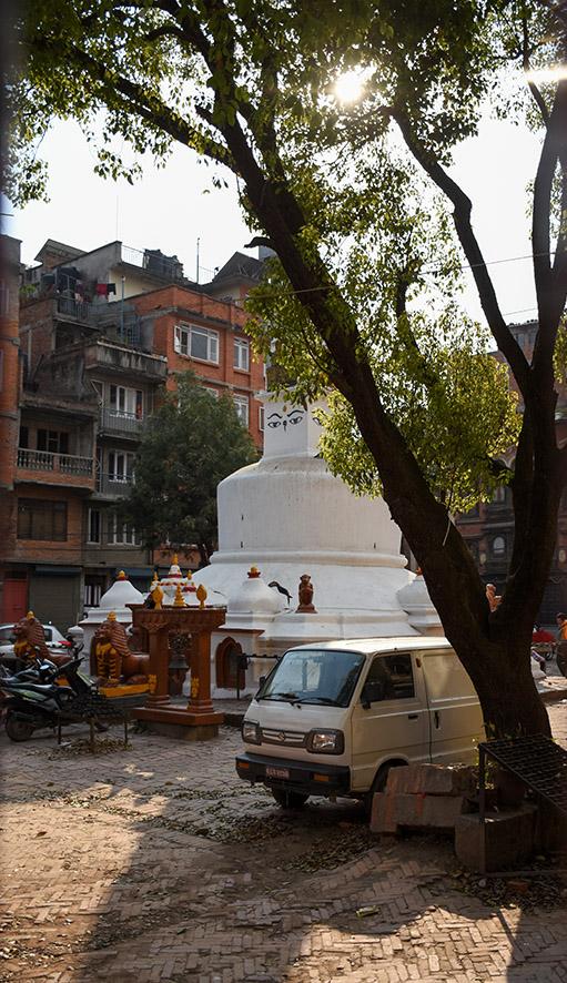 Straatbeeld Patan met een stupa
