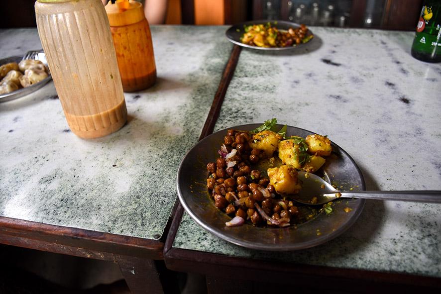 Nepalese lunch met kikkererwten en aardappelen
