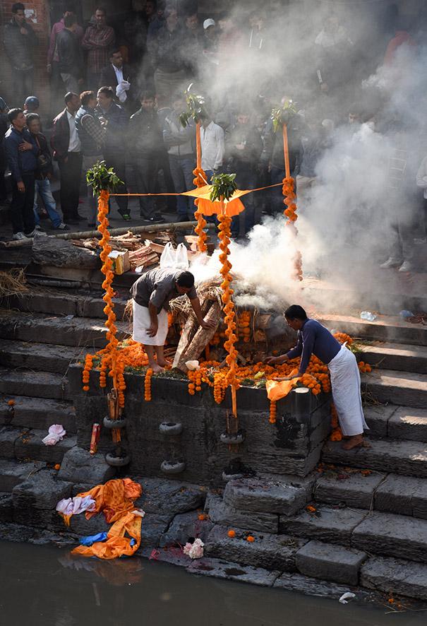 Crematie ceremonie bij de Pashupatinath tempel