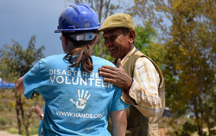 Een vrijwilliger samen met één van de ondernemers in Nepal voor All Hands Volunteers