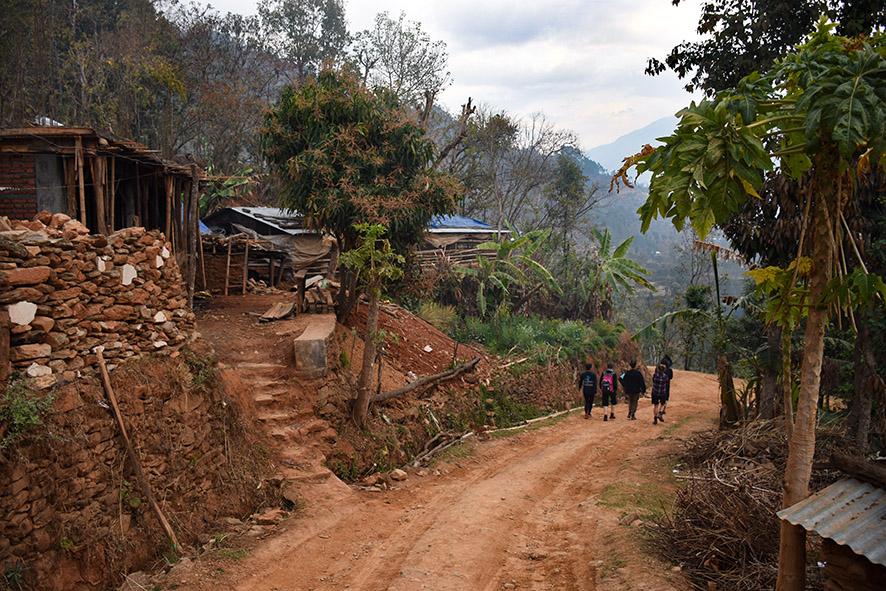 All Hands Volunteers in Nepal. Wandelen van het kamp naar de school