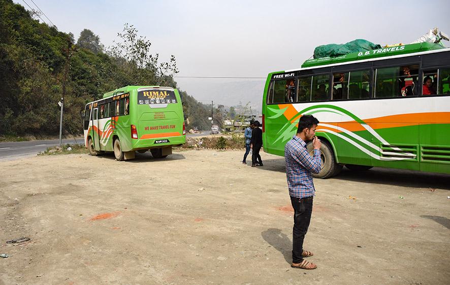 Nepalese bus van Kathmandu naar Nuwakot