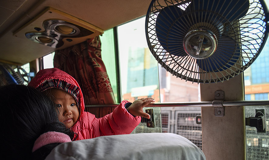 Passagiers in de bus in Nepal