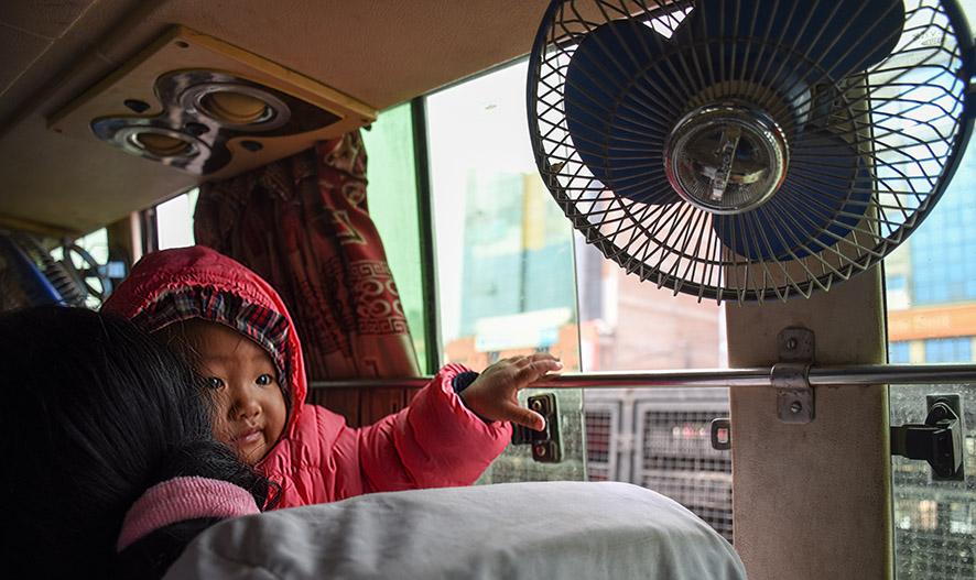 Passagiers in de bus in Nepal