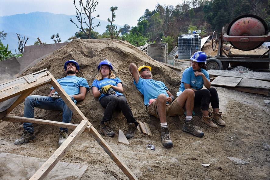 Vrijwilligers doen rustig aan school bouwen Nepal