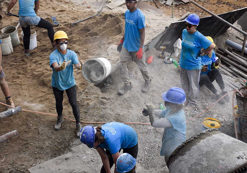 Vrijwilligerswerk beton mixen school Nepal