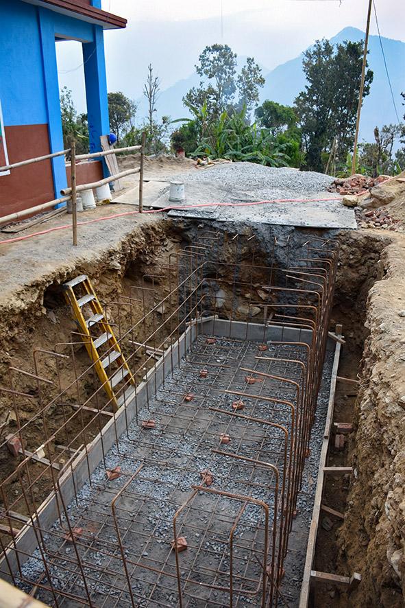 Water tank bij de school in Nepal