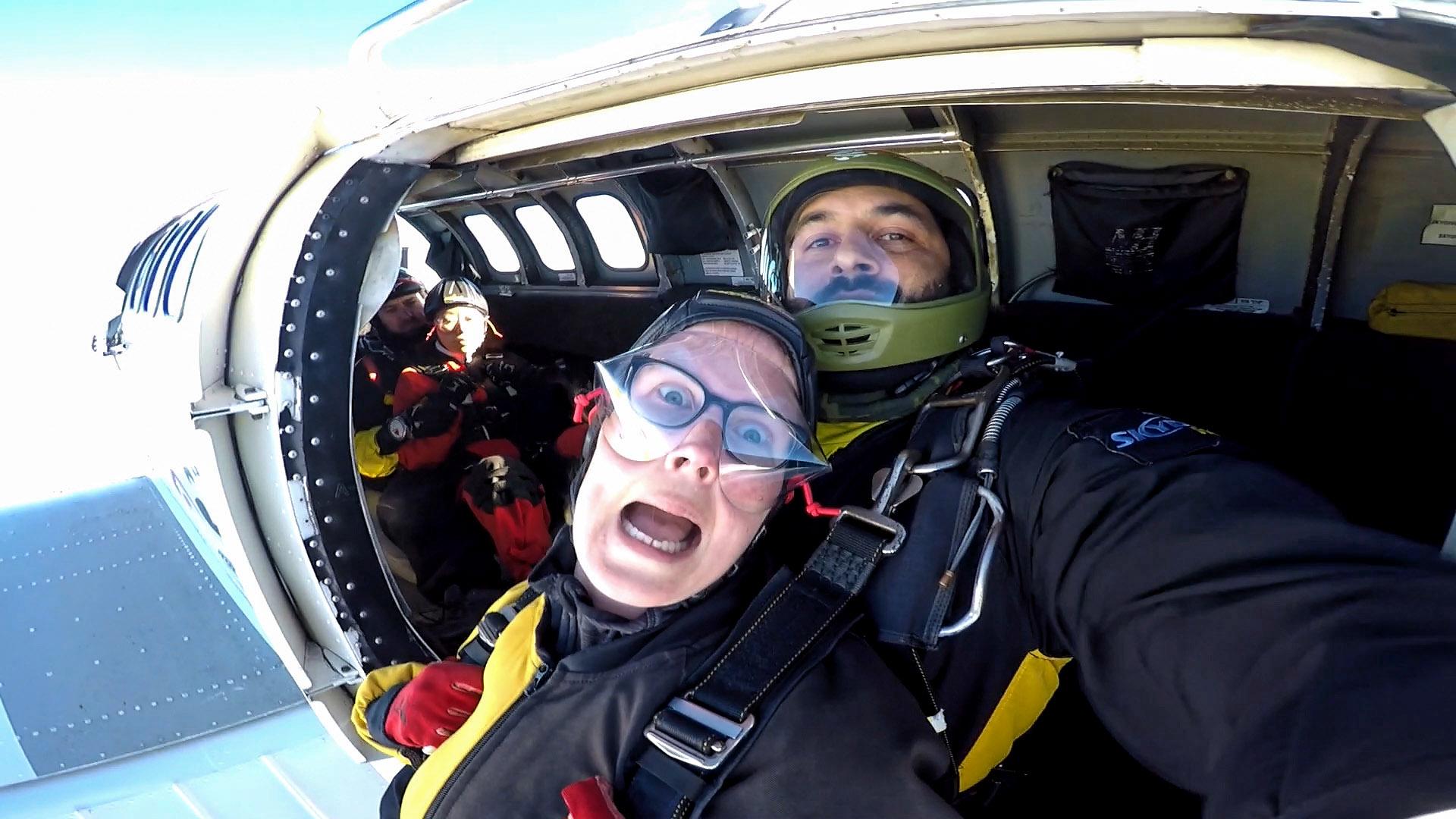 Het moment dat ik uit het vliegtuig hang voordat we de skydive gaan doen!