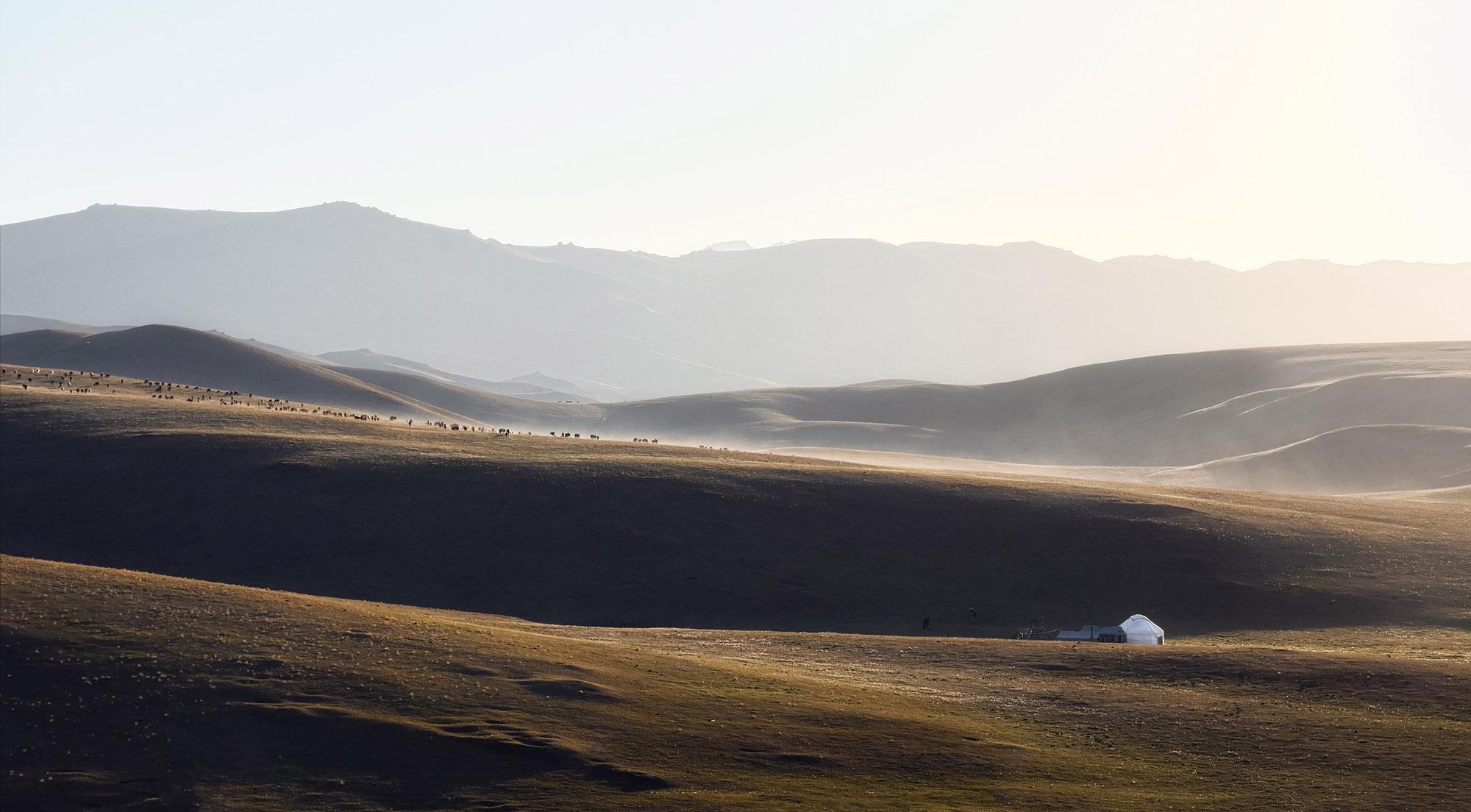 Heuvellandschap in Kirgizstan bij Son-Kol bij zonsopkomst
