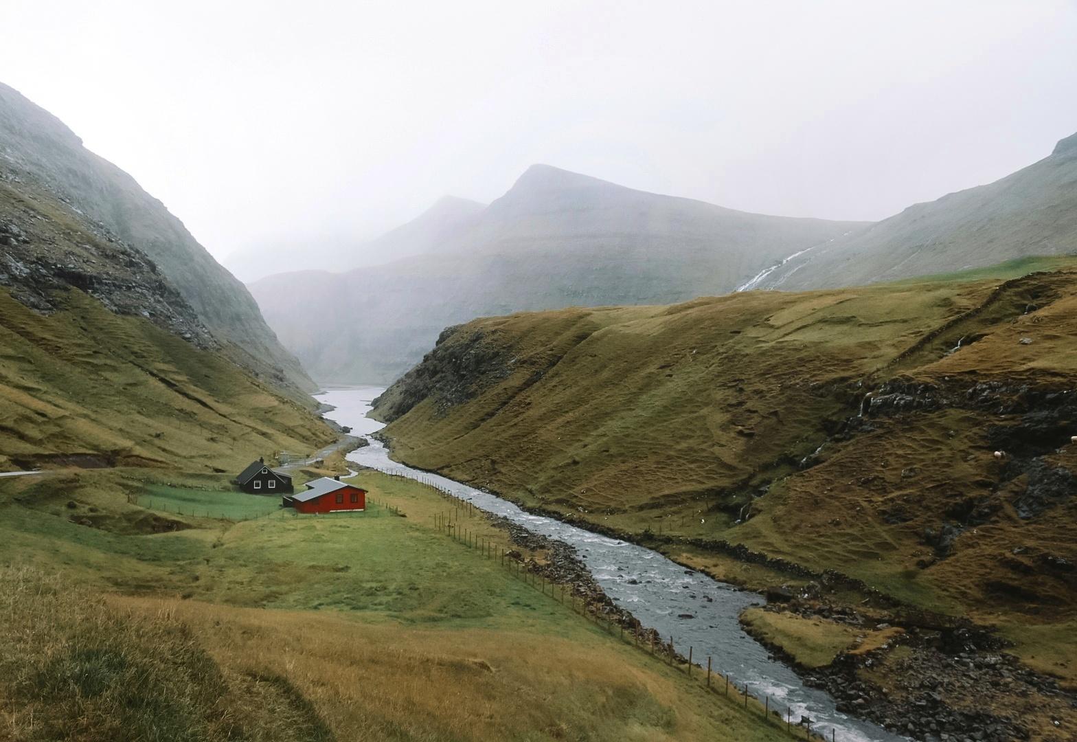 Landschap bij Saksun op de Faeroer